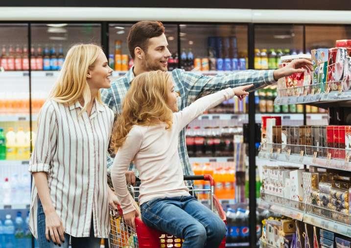 Eine Familie beim Einkaufen in einem Supermarkt. Versinnbildlichung der Customer Journey Online