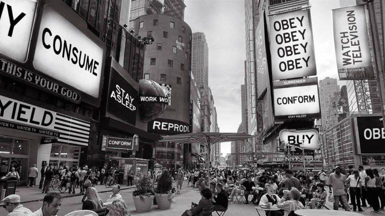 """Ausschnitt aus dem Film """"Sie Leben"""" von John Carpenter. Werbetafeln werden hier von Aliens missbraucht um unterbewusste Nachrichten zu senden."""
