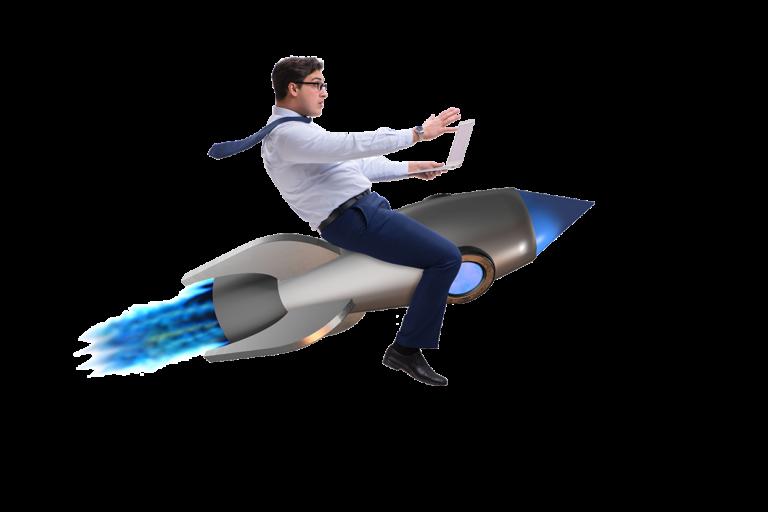 Positiv überraschter Mann mit Laptop in der Hand reitet auf einer Rakete. Und nutzt den Online Marketing Turbo von nextlevelmedia.at