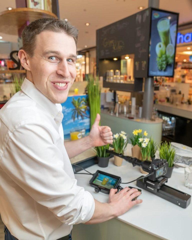 Nahaufnahme von Sebastian Proprenter beim Imagevideo Dreh für die Pep Juice Bar im Atrio Villach
