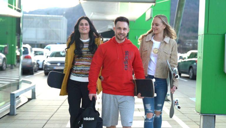 Drei glückliche Influencer am Parkdeck des Atrio Villach. Foto und Videoshooting für die Herbstmode