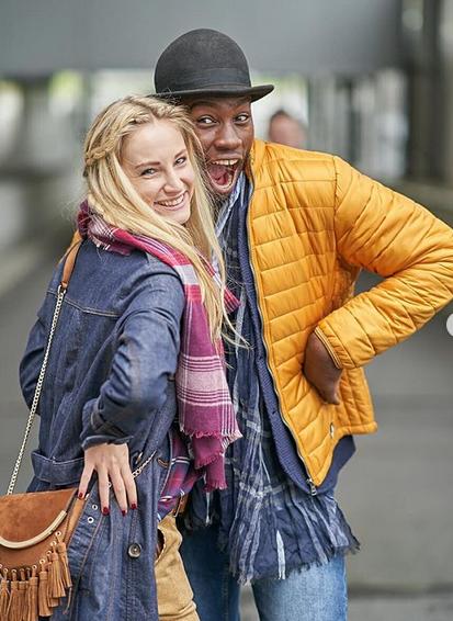Zwei lachende Influencer beim Fotoshooting im Atrio Villach