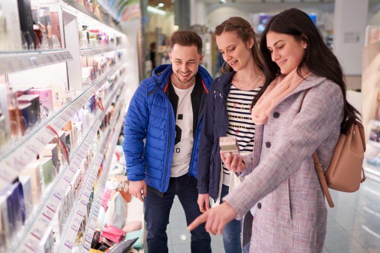 Drei lachende Influencer die gerade gemeinsam Produkte shoppen im Atrio Villach