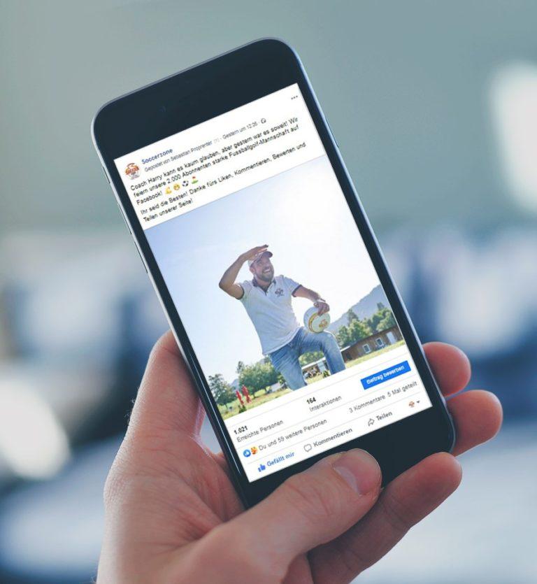 Ein Handy mit dem Facebook Firmenauftritt der Soccerzone Fussballgolf Anlage in Villach