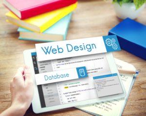 Grafik die das Backend einer Webseite mit Codezeilen auf einem Tablet zeigt