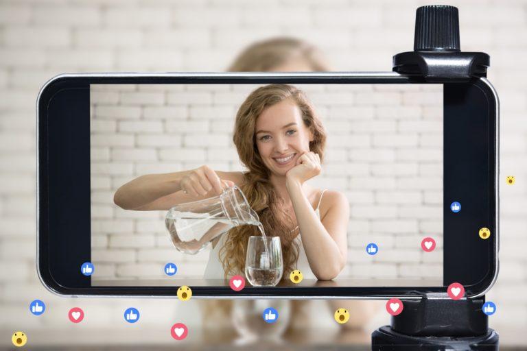 Eine Influencerin live streamed über ihr Handy und generiert so Traffic für ihre Produkte auf ihrer Webseite