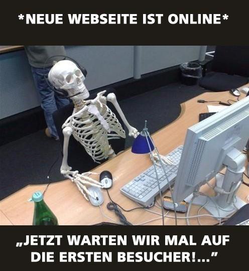 Ein Skelett sitzt vor einem Computer und wartet auf die ersten Webseitenbesucher ohne vorher die Webseite SEO optimiert zu haben