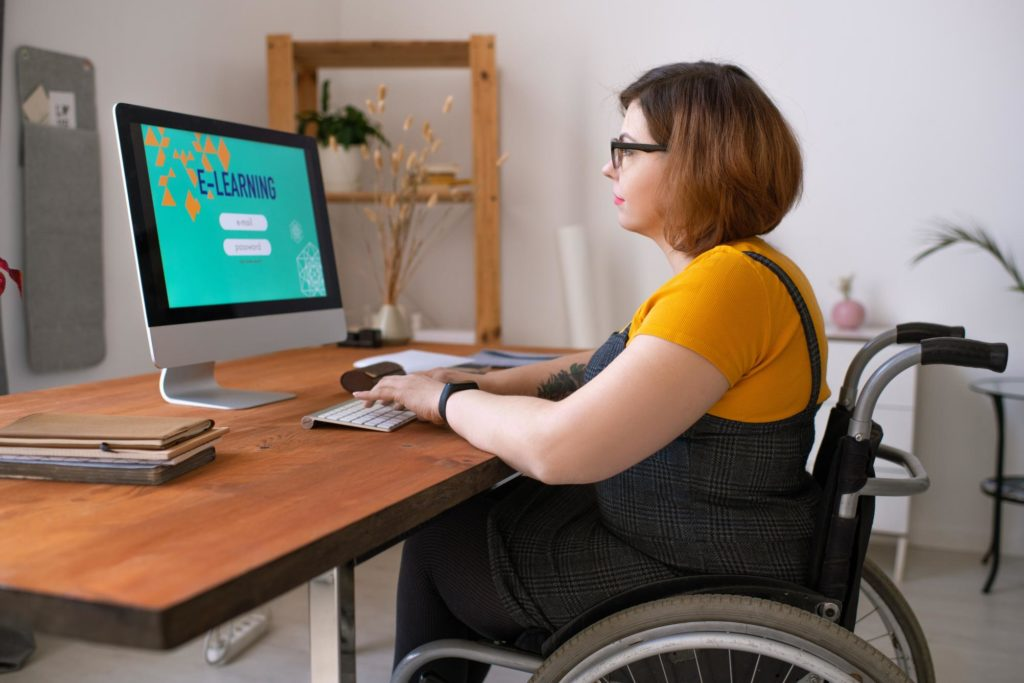 Person im Rollstuhl nutzt moderne Elearning Technik