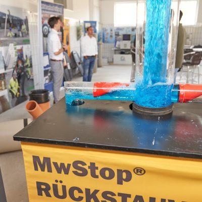 Innenperspektive von MTA Messtechnik in St. Veit und Nahaufnahme des MWStop Rückstauventils
